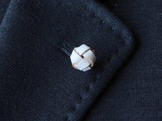 本革〈白〉玉結び ラペルピン・タイタックピンの画像