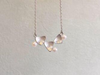 白い実のネックレス-triangle-の画像