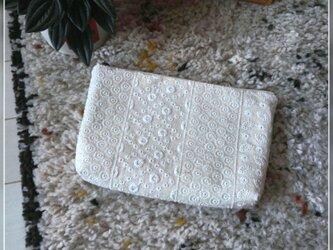 綿麻レース刺繍のファスナーポーチの画像
