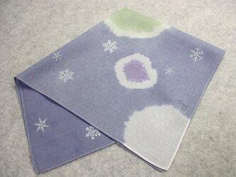 綿ハンカチ(ボタン雪と結晶・青色絞り染に型染)の画像