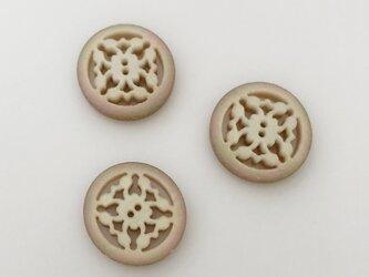 現代物 イタリア製アクリルビーズ(ボタン) カービング透かし アイボリー(象牙)オーロラの画像