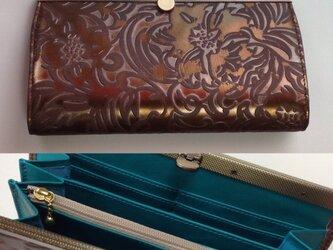 花の型押し革長財布(ブロンズ)の画像