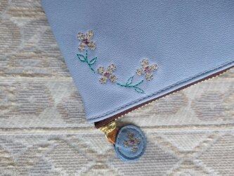 刺繍革財布『hana*hana』柔らか水色×藤色(ヤギ革)ラウンドファスナー型の画像