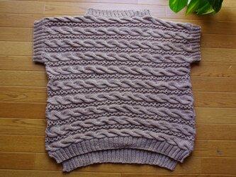 コットン糸で編んだ横ケーブルの半そでプルの画像