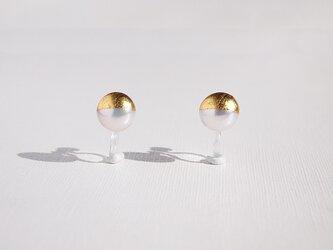 金箔とパールのイヤリング/Gold&White 8mm/受注生産の画像