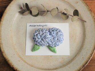 ブローチ 磁器で作った ふたつ紫陽花 ( 薄紫色 )の画像