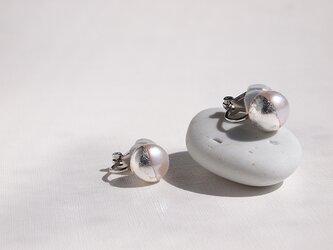 銀箔とパールのイヤリング/Silver&White 10mm/受注生産の画像