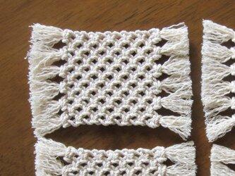 マクラメ編みのシンプルなコースター~コットン生成り糸の画像