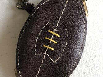 ラグビーボールデザインの革小物入れです。の画像