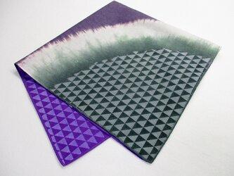 綿ハンカチ&スカーフ(鱗模様・紫色と緑色の絞り染)の画像