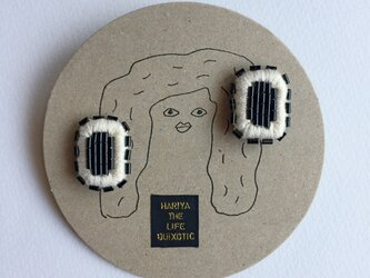 ビーズと刺繍のイヤリング・長方形(黒xオフホワイト)の画像