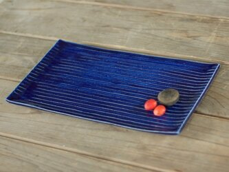 瑠璃色の陶器の板皿(鎬)の画像