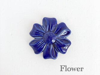 Flower 瑠璃色 : 陶器 : ブローチ/ヘアゴムの画像