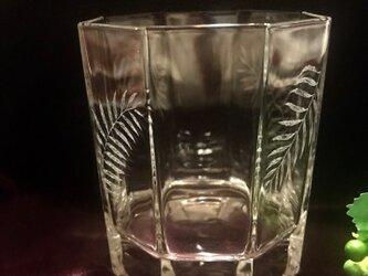 ヤシの葉の八角グラス〜手彫りガラス〜の画像