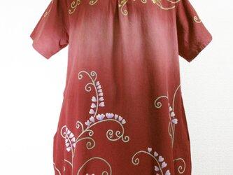 半袖コットンチュニック(横段ボカシ染に葉唐草模様・あずき色)の画像