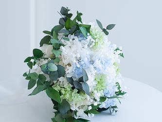 【ブートニア&ヘアピック付き】紫陽花とかすみ草とユーカリのブーケ プリザーブドフラワーの画像
