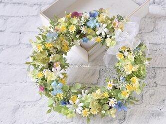 そよ風に吹かれて 小さな花々のリース:初夏 夏 黄色 青 白の画像