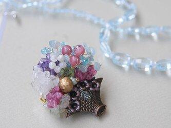 天然石 花かごブローチ の画像