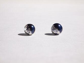 銀箔とパールのスタッドピアス/星屑 8mmの画像