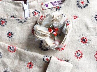 刺繍リネンのAラインブラウス・共布コサージュ付きの画像