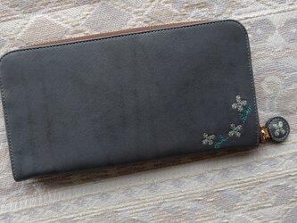 刺繍革財布『hana*hana』ラウンドファスナー型(牛革)INDIGOグレー×ネイビーの画像