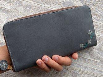 刺繍革財布『hana*hana』ラウンドファスナー型(牛革)INDIGOグレー×ベージュの画像