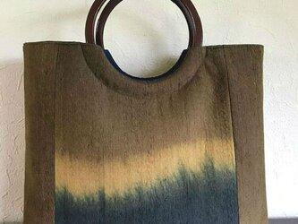 ぼかし染め紬帯地の手提げ 丸い木の手の画像