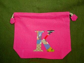 手刺繍巾着(イニシャル K)の画像
