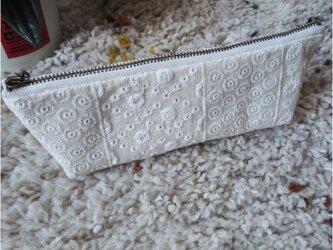 綿麻レース刺繍の横長ファスナーポーチの画像
