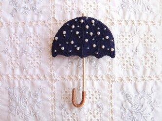 雨を待つ傘のブローチ 濃紺色の画像
