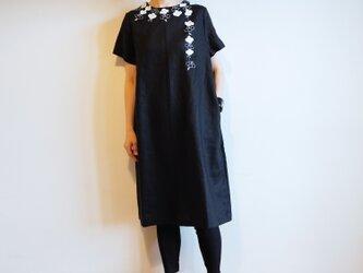 リネン・半袖ワンピース 黒<白椿>の画像