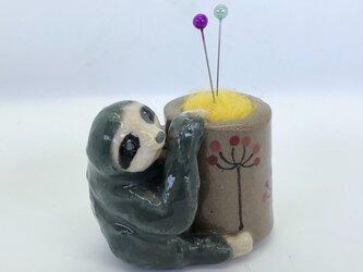 陶のスタンド「ミツユビナマケモノ」の画像