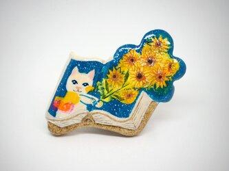 絵本みたいな陶土のブローチ《ヒマワリの君に〜白猫》の画像