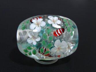 プルメリアとカクレクマノミのとんぼ玉(ガラス玉)の画像