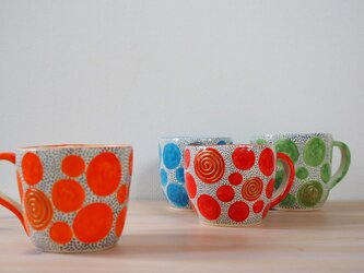 オレンジの水玉のマグカップの画像