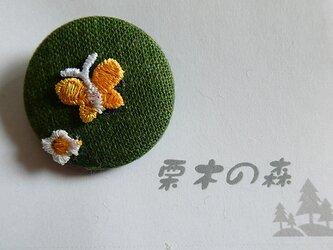 萌葱色と蝶々のブローチの画像