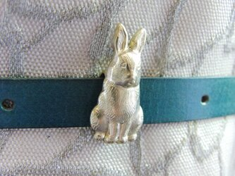 真鍮ブラス製 ちょこっと座ったウサギ/兎の帯留め 着物浴衣の帯締めの飾り・ブレスやチョーカー飾りにの画像