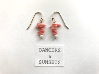 〈Tiny Dancers:ETERNAL CHATTER 〉珊瑚 サンゴ 淡水パール 天然石 シンプル 華奢 海モチーフピアスの画像