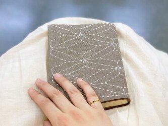 さりげない伝統模様のブックカバー・ベージュの画像