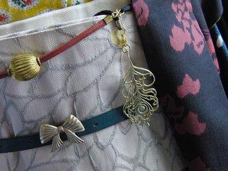 真鍮ブラス製 孔雀の羽型根付ストラップ 着物や浴衣の帯飾り・かんざし・ネックレスパーツとしての画像