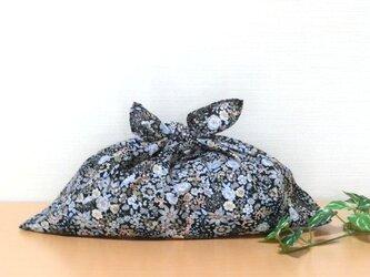 あずま袋 黒色水色系花柄 大サイズ 大人シック かごバッグ ファスナー無しのバッグインにもの画像