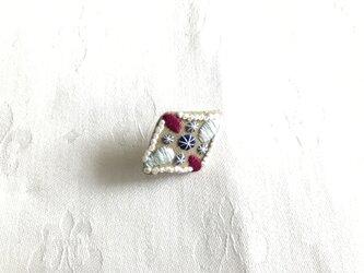 宝石のブローチ(リネンひし形)の画像
