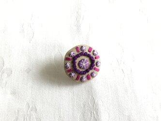 宝石のブローチ(リネン丸型)の画像