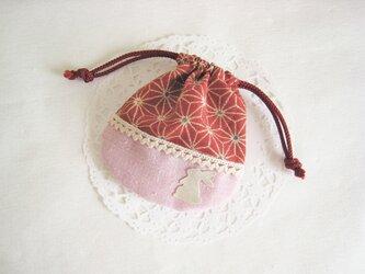 可愛いうさぎを付けた麻の葉模様のミニ巾着袋の画像