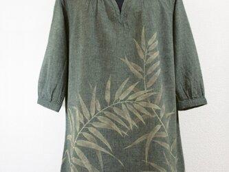 葉模様・六分袖スキッパーチュニック(グレー色)の画像