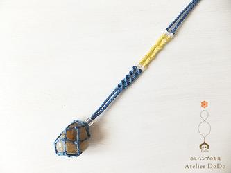 《石の入れ替え出来ます!》ヘンプで編んだムーンストーンのタンブル包みペンダント(青×黄)の画像