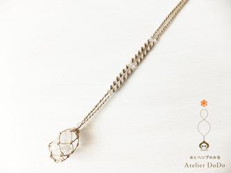 《石の入れ替え出来ます!》ヘンプで編んだ水晶のタンブル包みペンダント(ベーシック)の画像