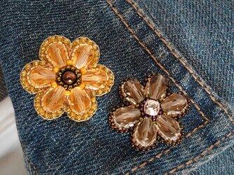 イエローの6枚花弁 ビーズ刺繍ブローチの画像
