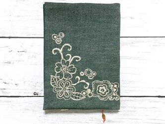 手刺繍ブックカバー*銀色の花の画像