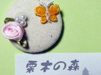 薔薇と蝶々 缶ブローチの画像